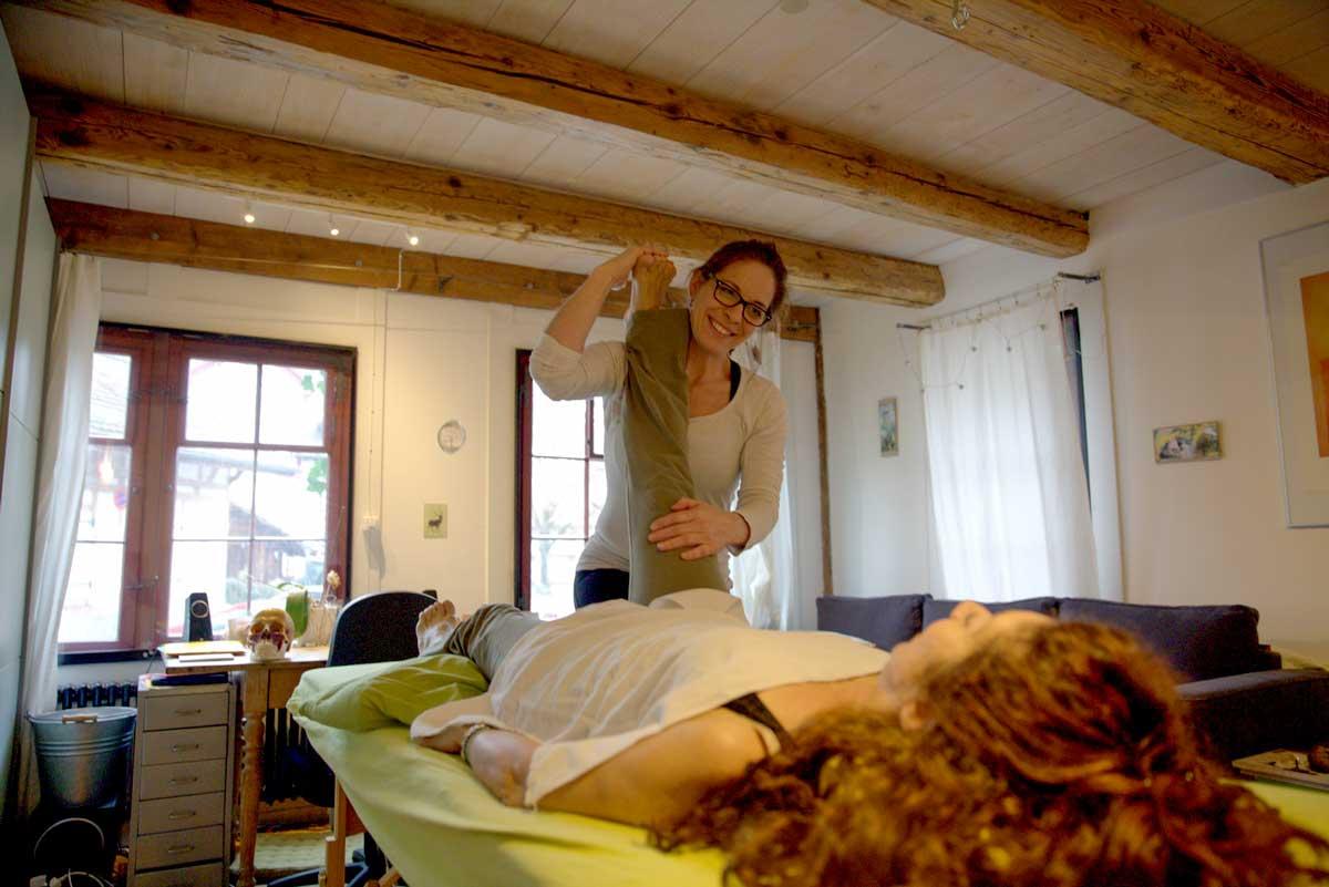 Die Physiotherapeutin Esther Maag behandelt eine Kundin in ihrer Praxis.