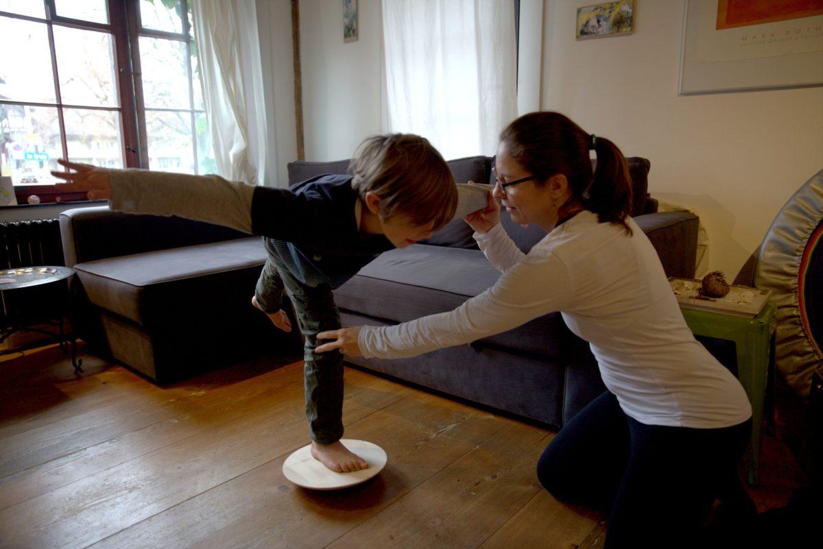 Die Physiotherapeutin Esther Maag zeigt Spiraldynamik®-Übungen.